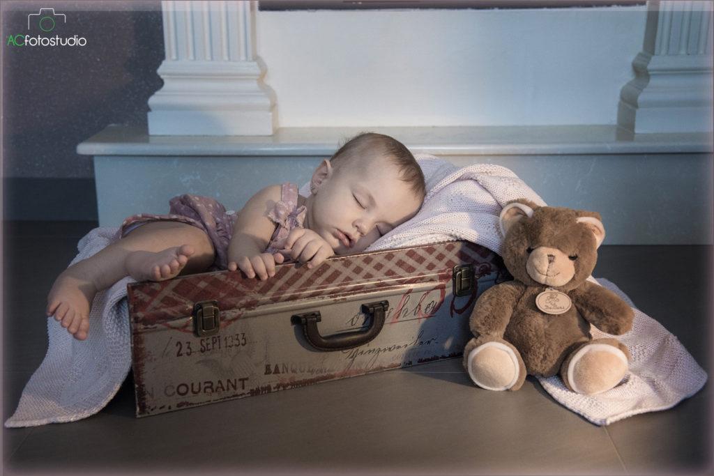 bambino che dorme dentro la valigia