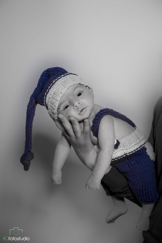 neonato con salopette