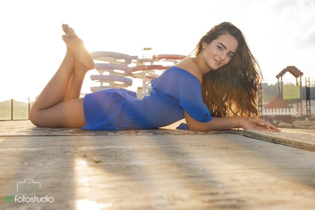 ragazza vestito blu