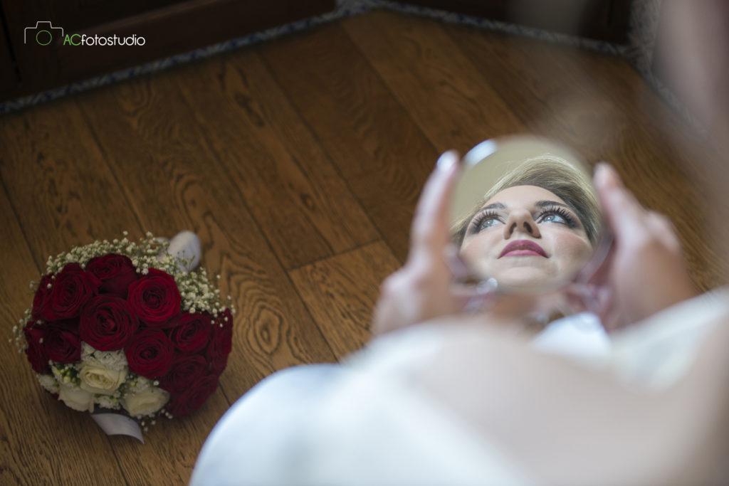 sposa allo specchietto