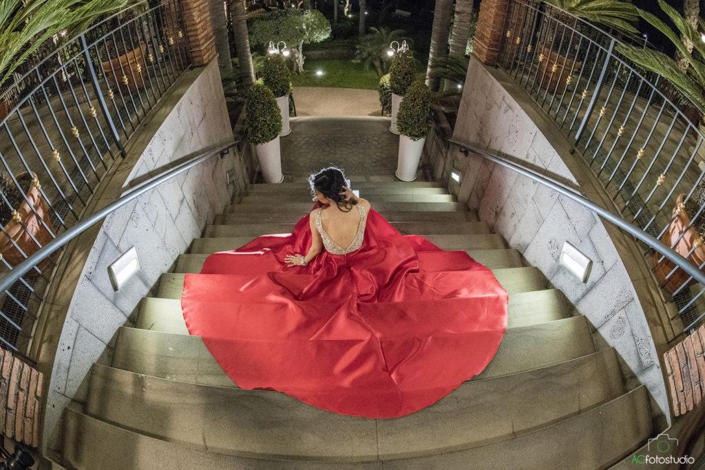 vestito rosso sulle scale